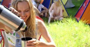 Γυναίκα Hipster που εξυπηρετείται ένα ποτό απόθεμα βίντεο