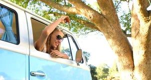 Γυναίκα Hipster που κοιτάζει από το παράθυρο του φορτηγού φιλμ μικρού μήκους