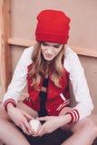Γυναίκα Hipster στο σακάκι μπέιζ-μπώλ με τη σφαίρα μπέιζ-μπώλ Στοκ Φωτογραφίες