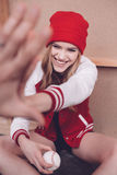 Γυναίκα Hipster στο σακάκι μπέιζ-μπώλ με το δόσιμο σφαιρών μπέιζ-μπώλ highfive Στοκ εικόνα με δικαίωμα ελεύθερης χρήσης