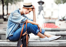 Γυναίκα Hipster στο ύφος πόλεων μόδας πάρκων Στοκ Εικόνες