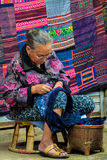 γυναίκα Hmong φυλών à ¹ ‡ Ahill που ράβει handicrafls Στοκ φωτογραφία με δικαίωμα ελεύθερης χρήσης