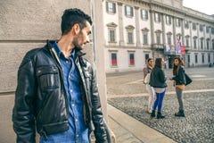Γυναίκα Jelous που καταδιώκει ένα ζεύγος Στοκ φωτογραφία με δικαίωμα ελεύθερης χρήσης