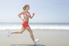 Γυναίκα Jogging στην παραλία Στοκ εικόνες με δικαίωμα ελεύθερης χρήσης