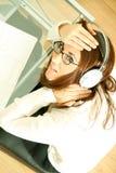 γυναίκα lap-top ακουστικών στοκ εικόνες