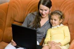 γυναίκα lap-top παιδιών στοκ εικόνες με δικαίωμα ελεύθερης χρήσης