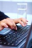 γυναίκα lap-top πληκτρολογίων Στοκ φωτογραφίες με δικαίωμα ελεύθερης χρήσης