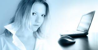 γυναίκα lap-top στοκ εικόνα με δικαίωμα ελεύθερης χρήσης