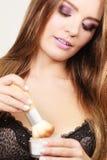 Γυναίκα lingerie που εφαρμόζει τη χαλαρή σκόνη με τη βούρτσα στοκ φωτογραφία με δικαίωμα ελεύθερης χρήσης