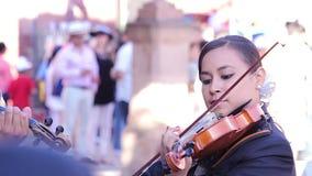 Γυναίκα Mariachi που παίζει ένα βιολί στη δημόσια πλατεία απόθεμα βίντεο
