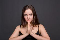 Γυναίκα Meditating με την επίκληση του πορτρέτου χεριών Στοκ Εικόνες