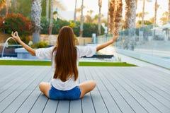 Γυναίκα Meditating στη θέση Lotus Γιόγκα, περισυλλογή, αντι -αντι-stres στοκ φωτογραφίες