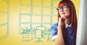 Γυναίκα Milennial στον υπολογιστή ενάντια στο κίτρινο και μπλε συρμένο χέρι γραφείο διανυσματική απεικόνιση