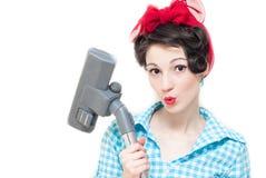 Γυναίκα Pinup και ηλεκτρική σκούπα Στοκ Φωτογραφία
