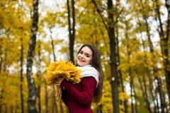 Γυναίκα portret στο δέντρο φύλλων φθινοπώρου Στοκ Εικόνες
