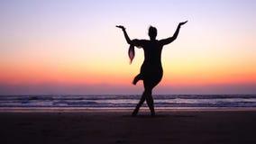 Γυναίκα Pose στο χορό Shiva στο ρόδινο ουρανό ηλιοβασιλέματος κοντά στη θάλασσα στην Ινδία Ο χορός είναι χρήσιμος! Σύμβολο της Ιν στοκ εικόνα με δικαίωμα ελεύθερης χρήσης