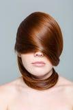 Γυναίκα Redhair με τις τρίχες στα μάτια στοκ εικόνα