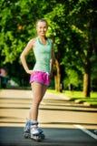 Γυναίκα Rollerblading Το νέο ελκυστικό θηλυκό πρότυπο ικανότητας είναι εκτάριο στοκ φωτογραφία με δικαίωμα ελεύθερης χρήσης