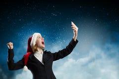 Γυναίκα Santa με το κινητό τηλέφωνο Στοκ φωτογραφίες με δικαίωμα ελεύθερης χρήσης