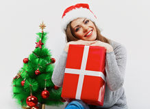 Γυναίκα santa Χριστουγέννων με το δώρο Χριστουγέννων Απομονωμένο χαμόγελο wom Στοκ Φωτογραφίες