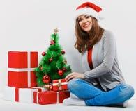 Γυναίκα santa Χριστουγέννων με το δώρο Χριστουγέννων χαμόγελο wom Στοκ φωτογραφία με δικαίωμα ελεύθερης χρήσης