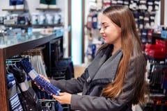 Γυναίκα searchin για το δώρο cothes σε ένα κατάστημα υπεραγορών καταστημάτων στοκ φωτογραφίες με δικαίωμα ελεύθερης χρήσης