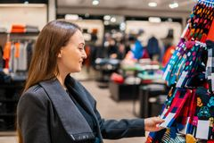 Γυναίκα searchin για το δώρο cothes σε ένα κατάστημα υπεραγορών καταστημάτων στοκ φωτογραφία
