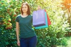 Γυναίκα Shopaholic με τις χρωματισμένες τσάντες εγγράφου στοκ εικόνες με δικαίωμα ελεύθερης χρήσης
