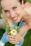 γυναίκα smiley μπουκέτων λουλουδιών Στοκ Φωτογραφία