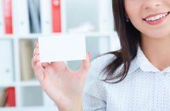 Γυναίκα Smilling που παρουσιάζει κενό κενό σημάδι καρτών εγγράφου με το διάστημα αντιγράφων για το κείμενο Έννοια διαφημίσεων Στοκ Εικόνες