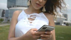 Γυναίκα sms που δακτυλογραφεί απόθεμα βίντεο