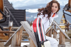 Γυναίκα snowboarder ο μπλε παγετός σκοτεινής μέρας κλάδων βρίσκεται χειμώνας δέντρων χιονιού ουρανού Όμορφο κορίτσι στο snobord Στοκ εικόνα με δικαίωμα ελεύθερης χρήσης