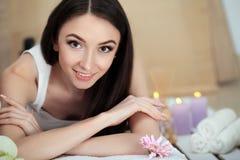 Γυναίκα SPA Διαδικασία μασάζ Beauty Spa στο σαλόνι γυναίκα ύδατος σωμάτων care foot health spa Στοκ εικόνα με δικαίωμα ελεύθερης χρήσης