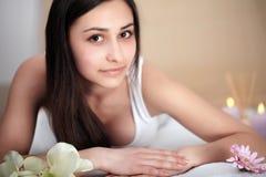 Γυναίκα SPA Διαδικασία μασάζ Beauty Spa στο σαλόνι γυναίκα ύδατος σωμάτων care foot health spa Στοκ φωτογραφία με δικαίωμα ελεύθερης χρήσης