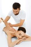 Γυναίκα SPA Διαδικασία μασάζ Beauty Spa στο σαλόνι γυναίκα ύδατος σωμάτων care foot health spa Στοκ Εικόνα