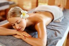 Γυναίκα SPA Διαδικασία μασάζ Beauty Spa στο σαλόνι γυναίκα ύδατος σωμάτων care foot health spa Στοκ Φωτογραφίες
