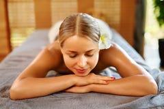 Γυναίκα SPA Διαδικασία μασάζ Beauty Spa στο σαλόνι γυναίκα ύδατος σωμάτων care foot health spa Στοκ εικόνες με δικαίωμα ελεύθερης χρήσης