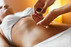 Γυναίκα SPA Μασάζ πετρελαίου Aromatherapy Στοκ φωτογραφία με δικαίωμα ελεύθερης χρήσης