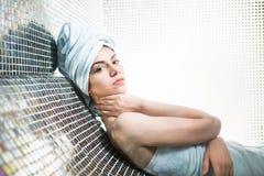 Γυναίκα SPA Το όμορφο κορίτσι μετά από το λουτρό jacuzzi spa, που χαλαρώνει μετά από το μασάζ, τύλιξε στις πετσέτες Skincare Στοκ Φωτογραφία