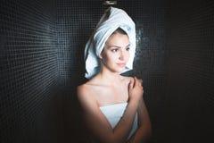 Γυναίκα SPA Το όμορφο κορίτσι μετά από το λουτρό jacuzzi spa, που χαλαρώνει μετά από το μασάζ, τύλιξε στις πετσέτες Skincare Στοκ Εικόνα