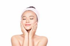 Γυναίκα SPA Όμορφο κορίτσι μετά από το λουτρό σχετικά με το πρόσωπό της τέλειο δέρμα Skincare νεολαίες δερμάτων Στοκ Φωτογραφίες