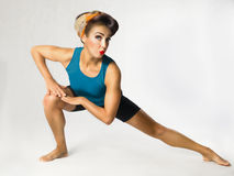 Γυναίκα sportswear που κάνει τη γυμναστική Στοκ Εικόνες