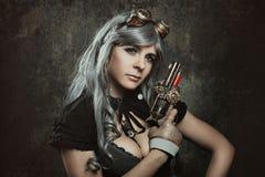 Γυναίκα Steampunk με το μηχανικό πυροβόλο όπλο Στοκ Φωτογραφία
