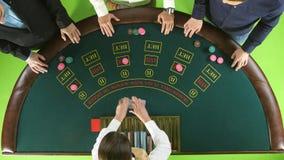 Γυναίκα Stickman που διανέμει τις κάρτες και τα τσιπ για τρεις φορείς στο πόκερ πράσινη οθόνη Τοπ όψη απόθεμα βίντεο