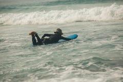 Γυναίκα surfer με την ιστιοσανίδα στοκ εικόνα