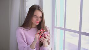 Γυναίκα Texting σε μια συσκευή smartphone 4 Κ απόθεμα βίντεο