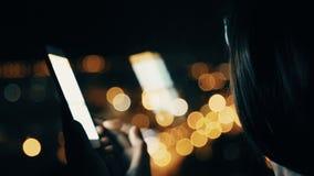 Γυναίκα Texting σε Smartphone στο υπόβαθρο πόλεων απόθεμα βίντεο
