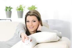 Γυναίκα TV ελέγχου Στοκ Φωτογραφία