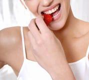Γυναίκα Wellness που τρώει τη φράουλα στοκ εικόνα