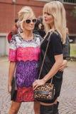 Γυναίκες έξω από τις εθνικές επιδείξεις μόδας κοστουμιών που χτίζουν για την εβδομάδα 2014 μόδας των γυναικών του Μιλάνου Στοκ Εικόνες